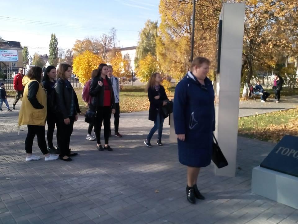 На данном изображении может находиться: 3 человека, люди гуляют, люди стоят и на улице