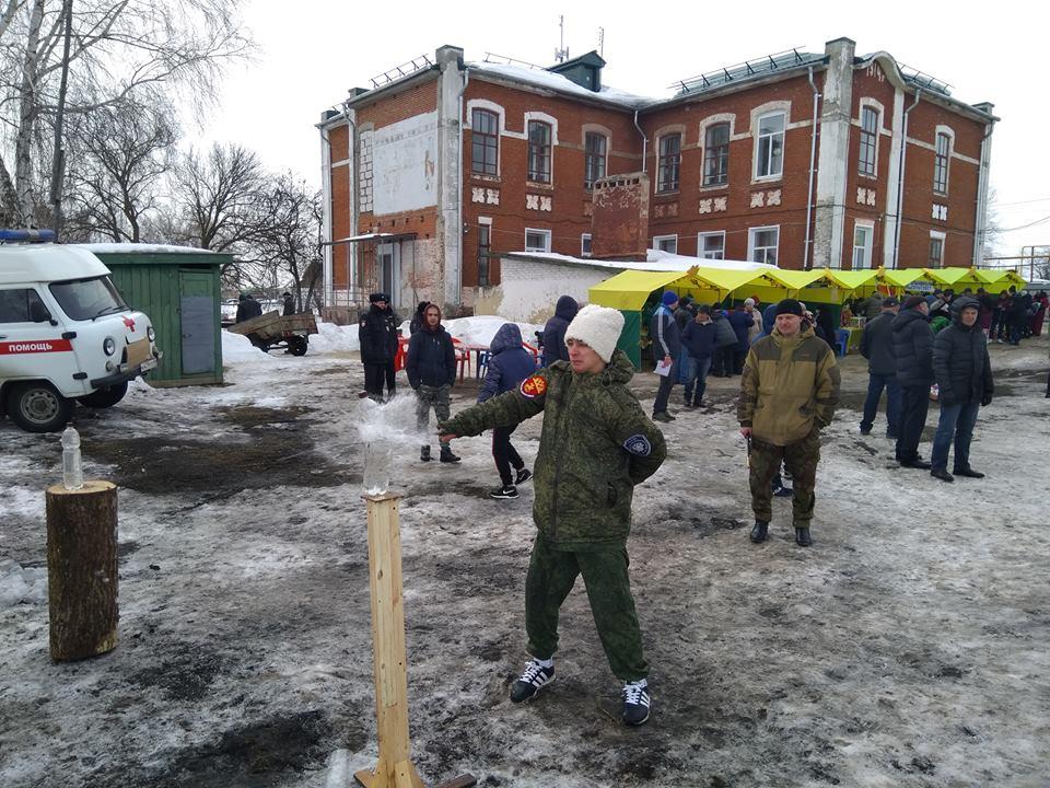 На данном изображении может находиться: 1 человек, стоит и на улице